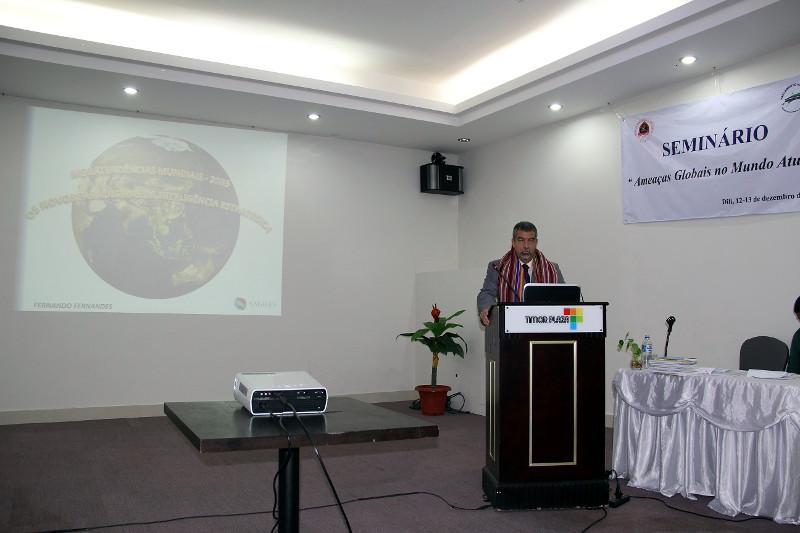 O Diretor Fernando Fernandes proferindo sua palestra, com o seu Tais.