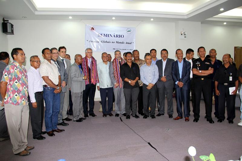 O palestrante, autoridades e demais convidados ao término do evento
